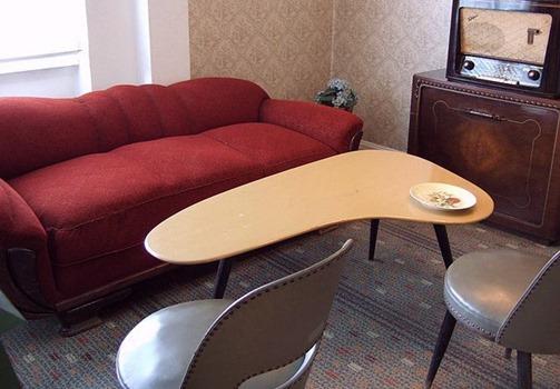 Couch, Nierentisch, Stuhl, Radio