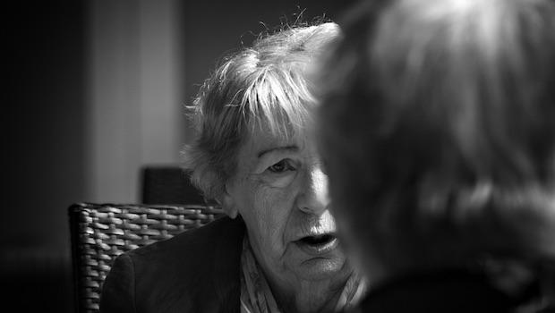 Ältere Frau im Gespräch Gesicht und Hinterkopf