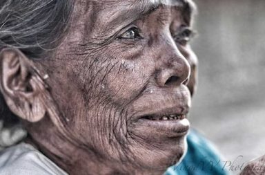 ältere Frau weinend