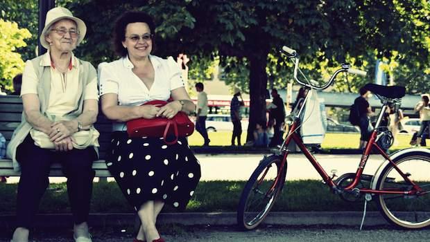 Ältere auf einer Parkbank