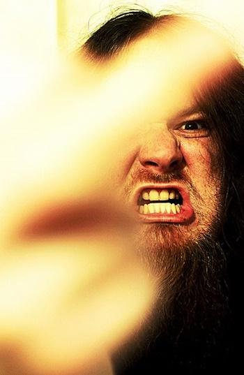 Bärtiger Mann mit wütendem Gesicht