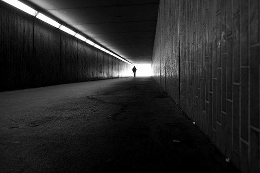 Spaziergänger am Ende eines Tunnels, schwarzweiß