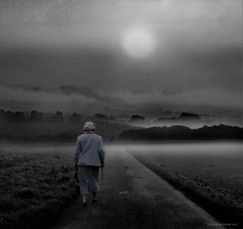 Alte Frau im Nebel