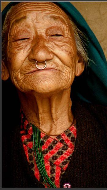 ältere Frau mit Kopftuch und Nasenring