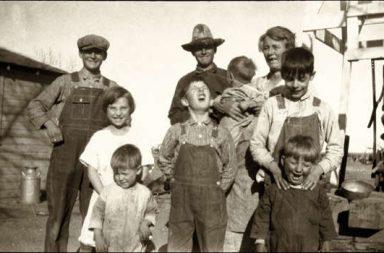 altes Familienfoto, Eltern und Kinder, Bauern