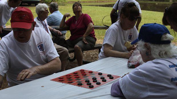 Alzheimer vorbeugen: Senioren beim Brettspiel im Park