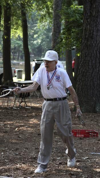 Alzheimer vorbeugen: Senior beim Hufeisen werfen