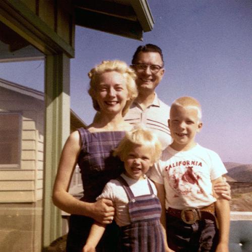 zwei Erwachsene und zwei blonde Kinder