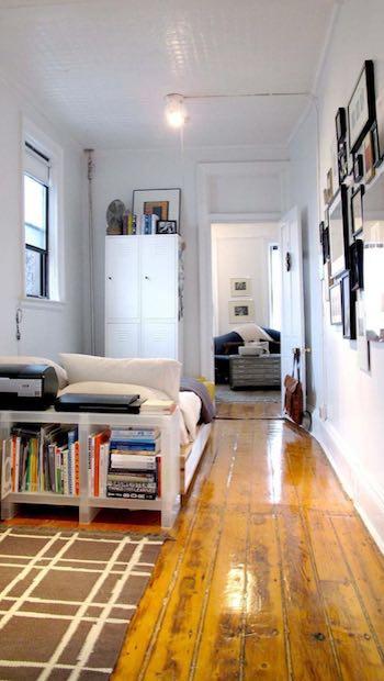 Apartment mit Holzfußboden und Sofa