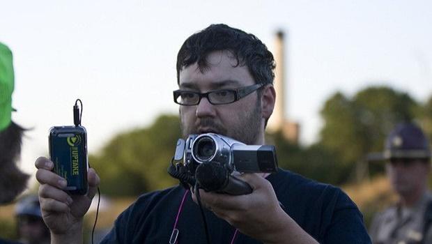 Mann mit Brille, Kamera und Mikro