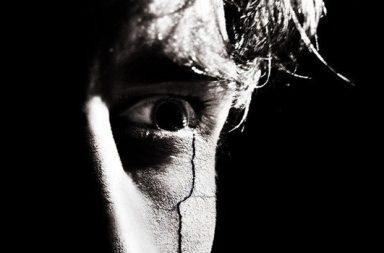 Auge mit blutiger Auge mit blutiger TräneTräne
