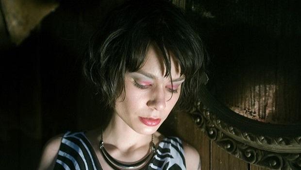Junge Frau, Gesicht, blickt gesenkt, ausgebrannt, Holzwand