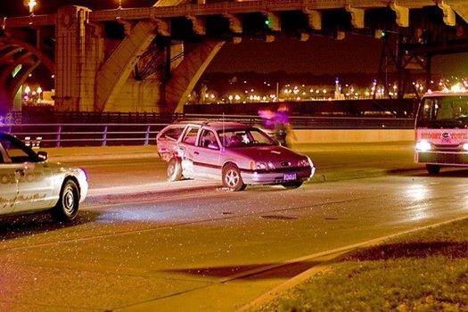 Drei Autos unter Brücke, ein Unfallwagen