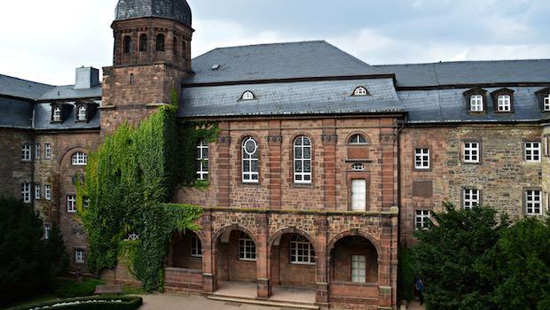 Backsteingebäude, vor Eingang Bäume