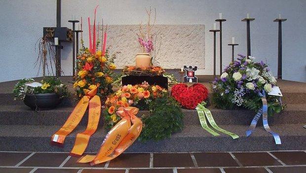 Gebinde und Kränze bei einer Beerdigung
