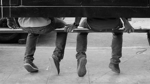 Beine Schuhe Jungen auf Bank Rückansicht
