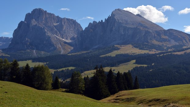 großer Berg und grüne Hügel