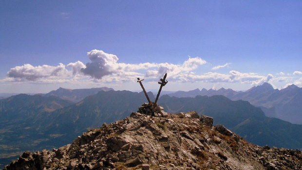 Bergspitze mit zwei Kreuzen