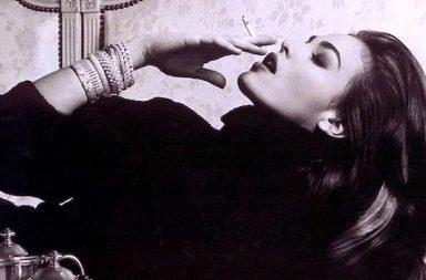 Diva auf dem Bett mit Zigarette