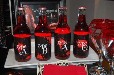 Flaschen mit Blutgruppenetikett und roter Limo