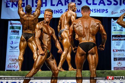 vier Bodybuilder auf der Bühne