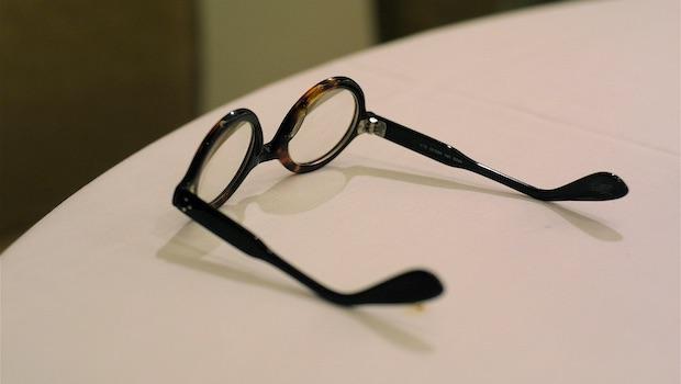 Hornbrille auf weißer Tischplatte