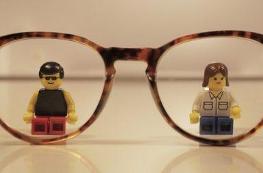 Brille und Figuren