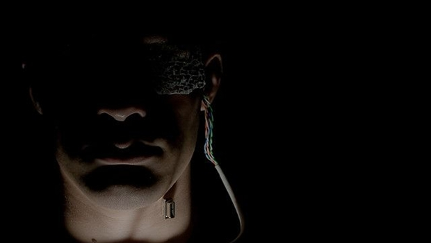 Cyborg: Männergesicht mit Technikauge