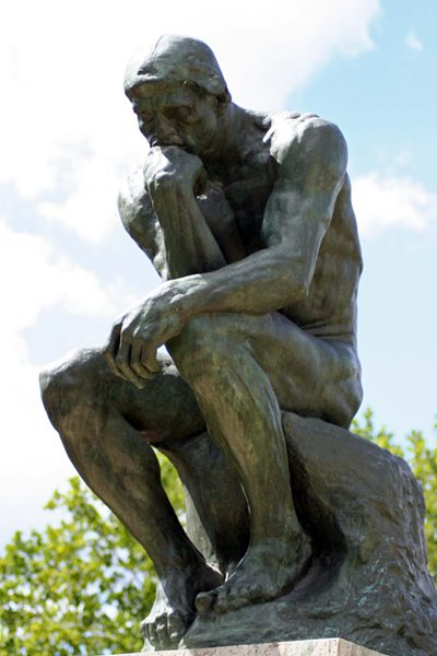 denkender Mann in Stein