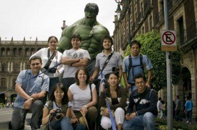 Der Hulk mit Touristengruppe