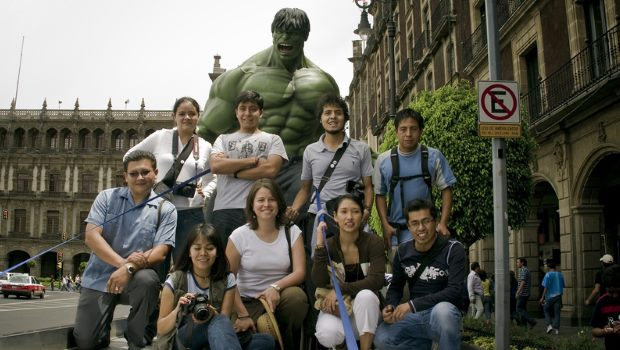Der Hulk mit Touristengruppe