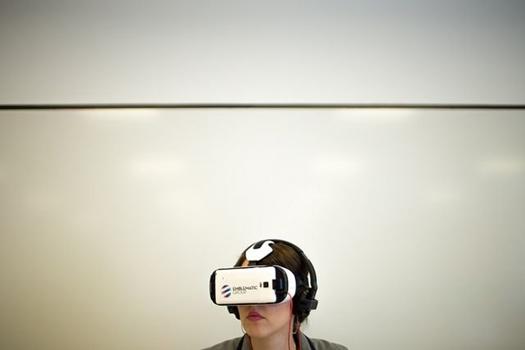 Frau mit Cyberbrille
