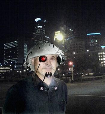 Mann mit Abtropfsieb und künstlichem Auge, vor nächtlicher Stadt