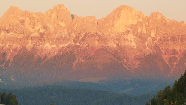 leuchtend orangene Berge