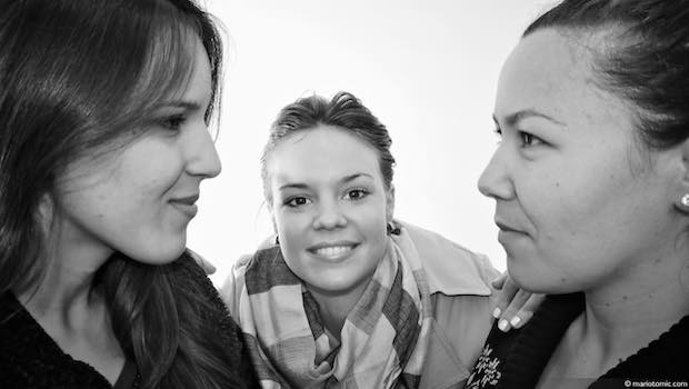 Drei Frauen schauen sich an