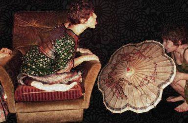 Frau dreimal, auf Sessel, Zunge rausgestreckt, mit Schirm