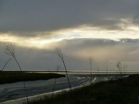 Licht zwischen Wolken am Meer