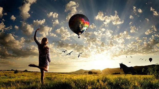 Frau mit Kleid auf Wiese, mit Ballon, Pferd, Vögel. Sonne, Wolken