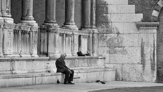 Älterer Mann einsam sitzend