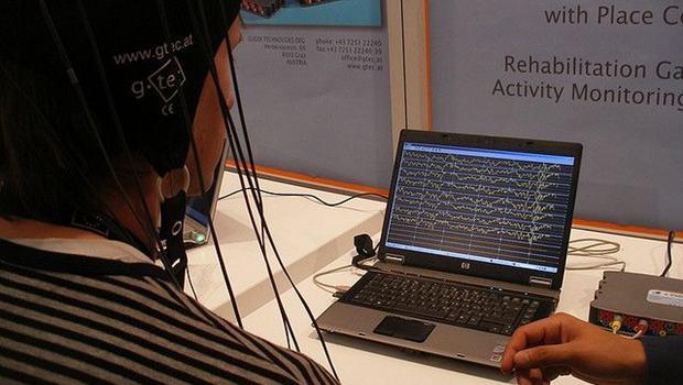 Mann sitzt vor Bildschirm mit Zackenmustern