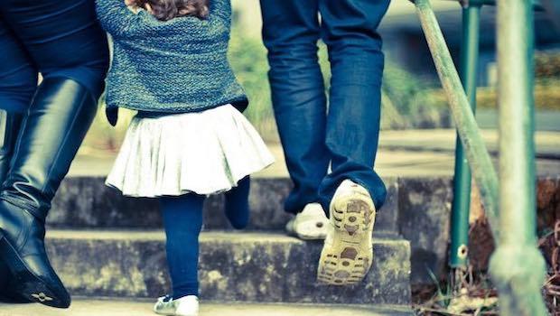 Eltern mit Kleinkind Treppe