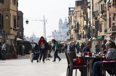 Straße mit Menschen und Kran im Hintergrund