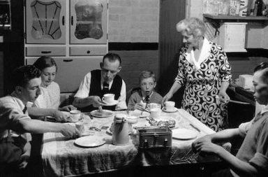 Familie aus den Fünfzigern am Tisch