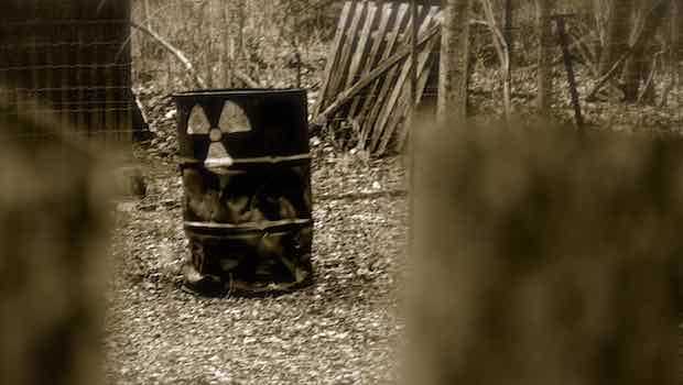 Fass rostig im Wald Nuklearsymbol