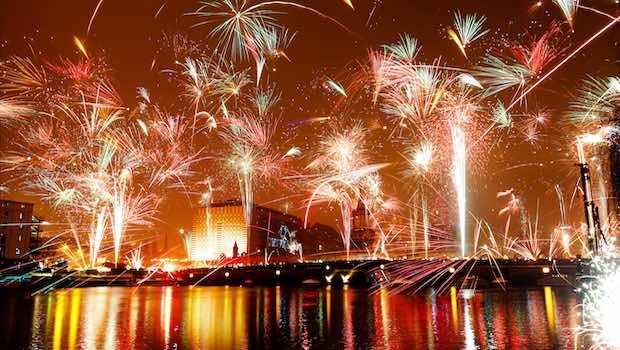 Feuerwerk über Fluss