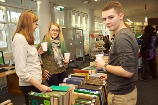 Junge Menschen am Büchertisch