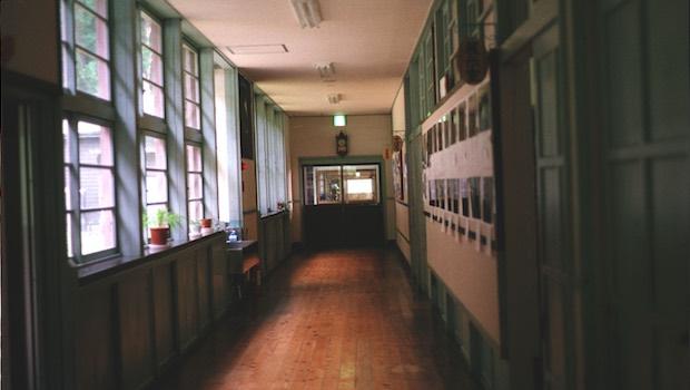Flur, Holzboden, links Fenster
