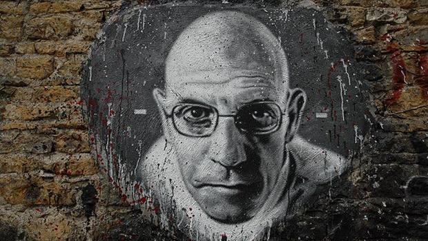 Foucault Porträt auf Steinmauer