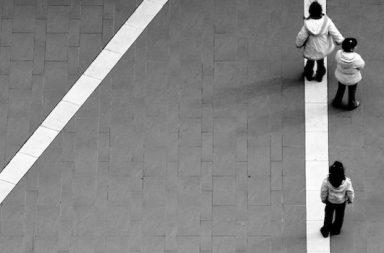 Frau dreimal auf weißer Linie