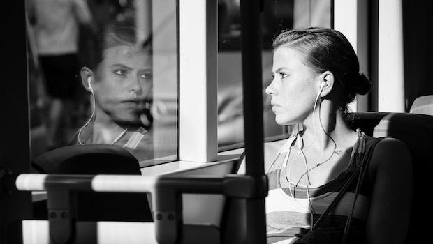 sitzende Frau Blick durch Fensterscheibe Spiegelung